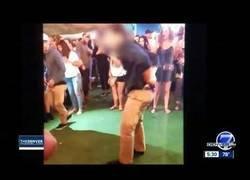 Enlace a Este agente del FBI fuera de servicio se puso a bailar y al caerse su pistola hirió a una persona del local