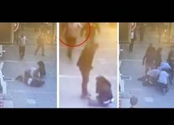 Enlace a Una mujer estaba siendo brutalmente maltratada en la calle y un héroe sale en su defensa de forma magistral
