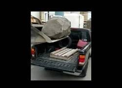 Enlace a El genio que intentó cargar esta enorme roca sobre una camioneta