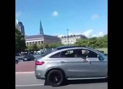 Enlace a Haciendo el bobo en una rotonda con un SUV