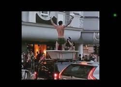 Enlace a Y cuando creías haber visto todo en Rusia se pasean metidos en una bañera subida en un coche