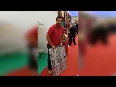 El mejor vendedor del mundo es este hombre mostrando este maletín lleno de sorpresas