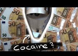 Enlace a Buscando restos de droga en los billetes que usamos a diario