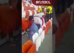Enlace a Está dando la vuelta al Mundo este gran gesto de la afición de Japón limpiando el estadio tras su partido frente a Colombia