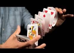 Enlace a Aprendiendo en tiempo récord el truco de pasarte las cartas de una mano a otra con gran habilidad