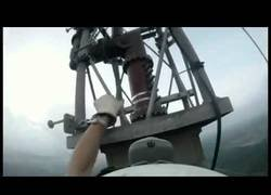 Enlace a La complicada tarea de cambiar una bombilla a 1768 pies de altura