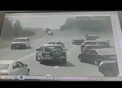 Enlace a La increíble potencia militar de este tanque que aplastó un coche en mitad de la carretera