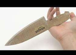 Enlace a Fabrican el cuchillo más afilado hecho totalmente de cartón
