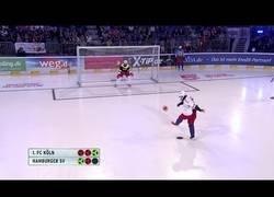 Enlace a El divertidísimo deporte que mezcla fútbol con hockey hielo