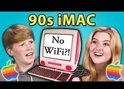 Enlace a Jóvenes actuales probando por primera vez el primer iMac