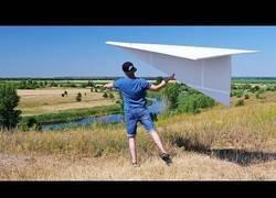 Enlace a Fabricando un enorme avión de papel que vuela a la perfección