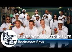 Enlace a Jimmy Fallon se junta con los Backstreet Boys a interpretar 'I want it that way' con instrumentos bien curiosos