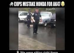 Enlace a El fail bochornoso de estos policías que confunden armas con una moto