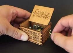 Enlace a La caja de música con la intro de Juego de Tronos