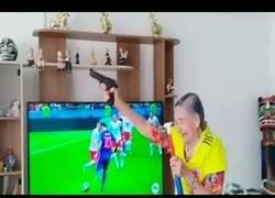 Enlace a Esta abuela se puso a dar disparos al aire con el empate de Colombia en el Mundial