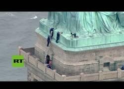 Enlace a Intenta escalar la Estatua de la Libertad el Día de la Independencia