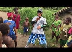 Enlace a Este bailarín coreano deja boquiabierto a todos estos niños en Nueva Guinea