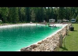 Enlace a La piscina de este tío tiene nada más y nada menos que 1.200.000 litros de agua