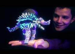 Enlace a La genial figura brillante que ha creado este chico que tiene casi vida propia controlada con la mano