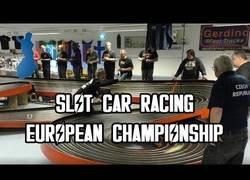 Enlace a El campeonato europeo de coches de Scalextric es simplemente brutal