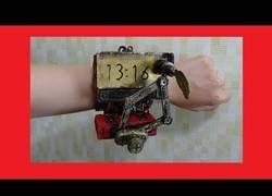Enlace a Inventan un reloj capaz de actualizarse a cada minuto dibujando la hora al completo