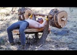 Enlace a Construyendo un banco de pesas totalmente natural a partir de un árbol