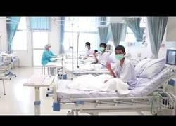 Enlace a Los niños rescatados de la cueva de Tailandia dan las gracias ya desde el hospital