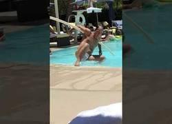 Enlace a Bochornosa escena de este borracho en una piscina llena de gente