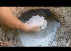 Enlace a Nuestro aventurero primitivo sigue con su aventura ahora creando cemento