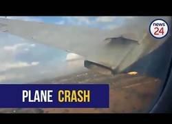 Enlace a Un pasajero graba como se incendia un motor del avión en pleno vuelo en el que termina con 1 muerto y 20 heridos