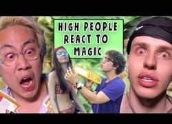 Enlace a Haciendo trucos de magia a gente totalmente colocada