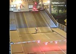 Enlace a Una de las peores cosas que puedes hacer es saltarte unas barreras de un puente levadizo