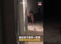 Enlace a La gran pelea que terminó con este hombre obligando a su madre comiendo hierba por discutir con su esposa