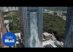 Enlace a La increíble catarata que hay en este edificio de Guiyang (China)