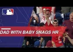Enlace a Ya tenemos al padre del año que pilla la pelota de baseball mientras agarraba a su bebé en brazos