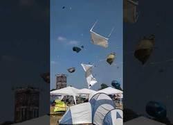 Enlace a El alucinante tornado que se formó en este festival que se llevó todas las tiendas de acampada de los asistentes dando vueltas por los aires
