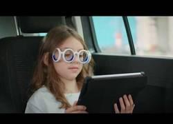 Enlace a Citroën saca al mercado las primeras gafas llamadas SEETROËN que sirven para no marearte mientras lees en el coche
