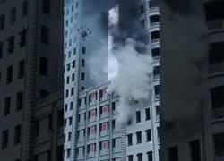 Enlace a Bomberos de China usan un drone para terminar con un gran incendio en un edificio