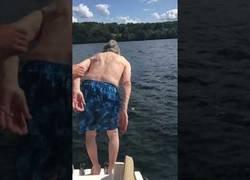 Enlace a El gran baño en el mar de este abuelito con 102 años