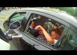 Enlace a Haciendo feliza un niño simplemente con el embrague de una moto mientras estaban detenidos