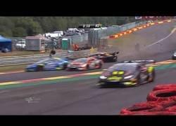 Enlace a El tremendo accidente que se vivió en el trofeo europeo de Lamborghini con este coche chocando de forma frontal