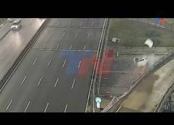 Enlace a Y voló... este coche salió disparado a 170km/h por los aires en una autopista