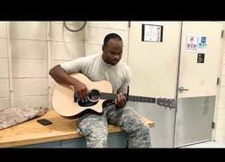Enlace a Era su último día en las fuerzas aéreas y decidió mostrar su gran talento para la música