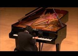 Enlace a Pianista ciego llora mientras interpreta una elegía a las víctimas del Tsunami en Japón 2011