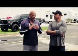 Enlace a Dwayne Johnson sorprende a su doble regalándole un cochazo