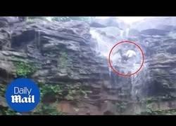 Enlace a Los peligros de hacerse un selfie en una cascada de 12 metros de altura