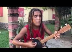 Enlace a Interpretando uno de los hits de Bob Marley con todos los instrumentos pegados al cuerpo