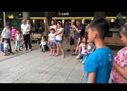 Enlace a Este niño asiático deja totalmente sorprendido a todo el mundo con su arte tocando el ukelele en el parque