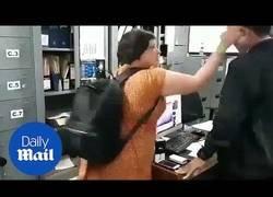 Enlace a Turista británica golpea al responsable de inmigración de Bali por multarla con 4000$ por tener el visado caducado 160 días