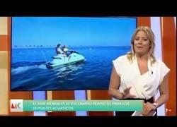 Enlace a Una reportera de 'Murcia Conecta' se cae al agua mientras iba en moto durante una conexión en directo